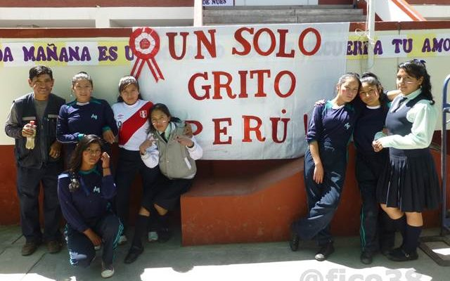 Andrea Valdivieso alentando a la Selección peruana